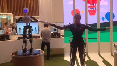 Using 5G to control your robot while wearing an exoskeleton